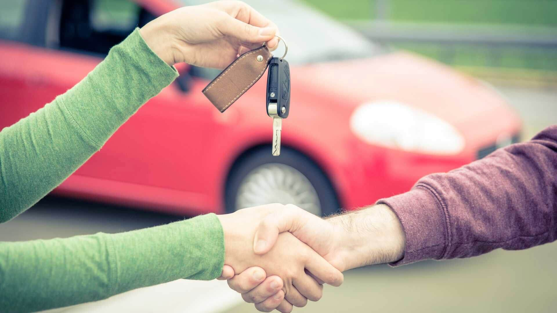 Achat voiture occasion, échange de clé entre vendeur et acheteur