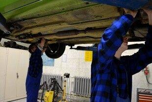Inspection du dessous d'une voiture par des professionnels