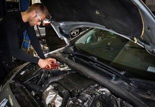 Inspection d'un moteur de voiture
