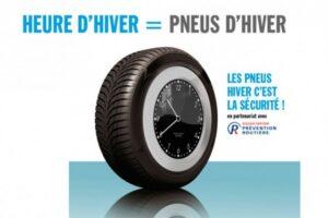 Image de changement d'heure donc changement de pneus - horloge dans roue avec pneu