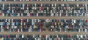 Parc automobile de voitures d'occasion vu du ciel