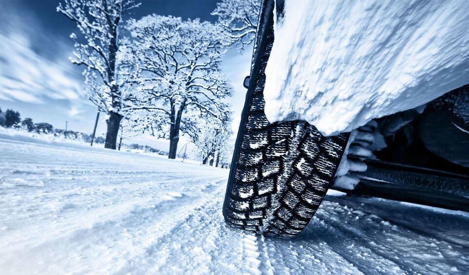 Pneus hiver sur route enneigée avec dessin sur bande de roulement