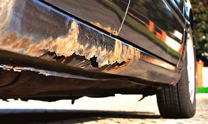 Trace de rouille sur bas de caisse de châssis de voiture d'occasion