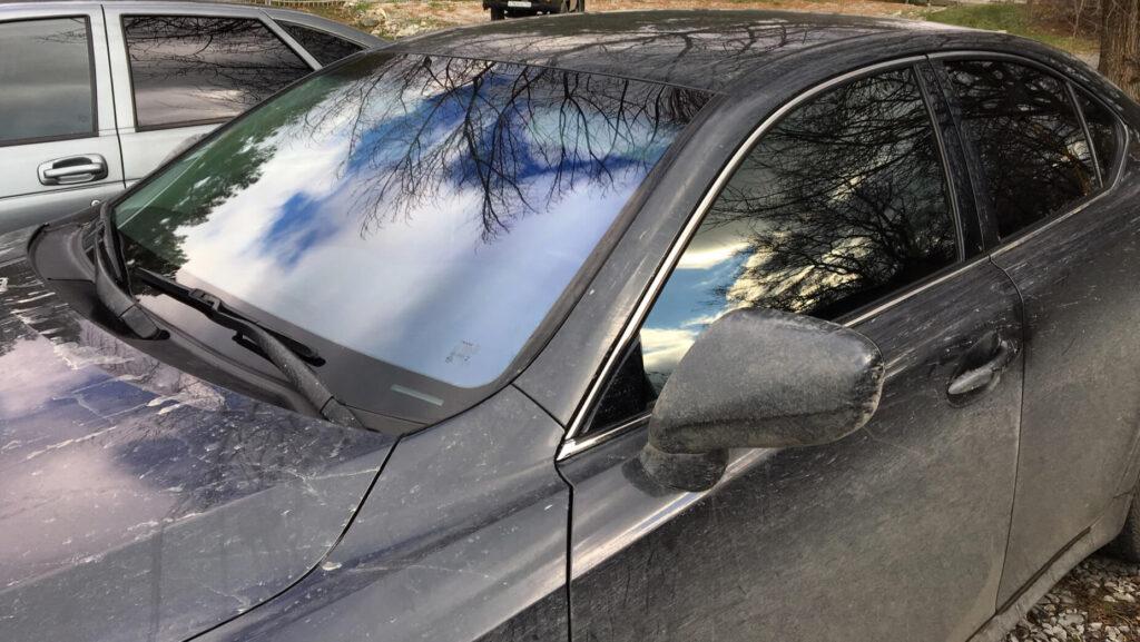 Voiture d'occasion grise avec peinture terne portière droite aile et capot