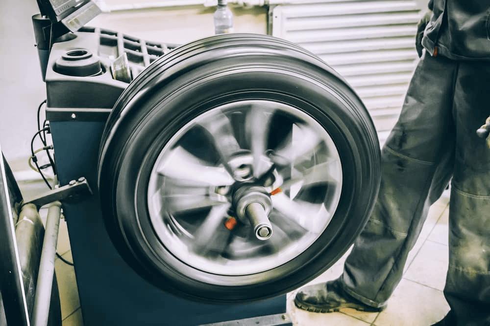 Machine pour équilibrer une roue de voiture