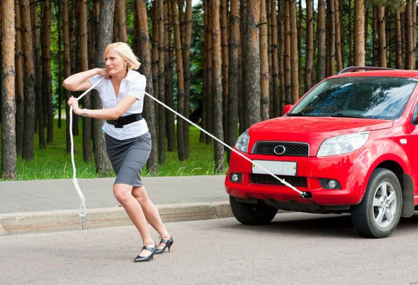 Femme qui tire une voiture avec corde